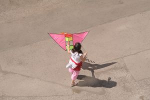 1165988_a_girl_with_a_pink_kite_